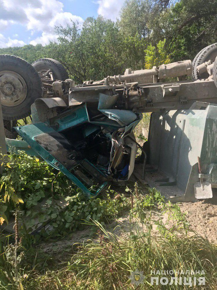 З'явилися фото вантажівки, яка вилетіла з мосту у Харкові