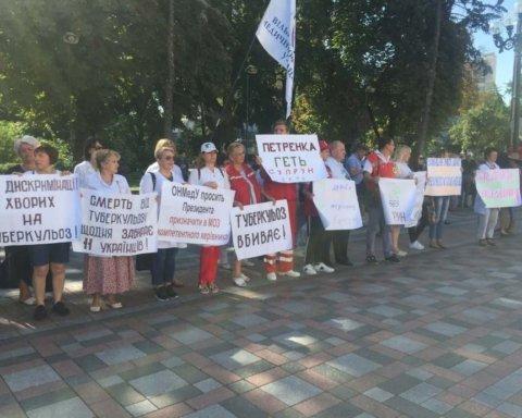 »Медики бегут из Украины – виновата Супрун». Под стенами Рады митингуют врачи