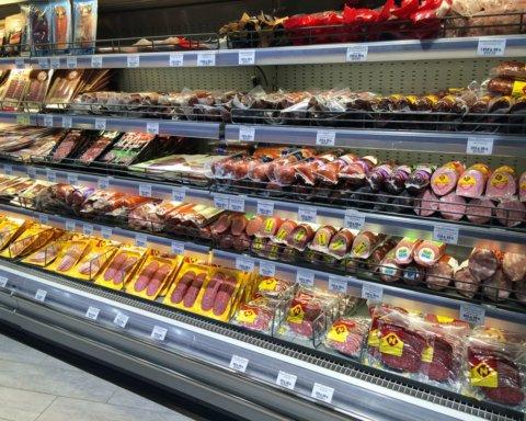 """Українців обурила ковбаса із """"сюрпризом"""", яку придбали в одному с мережевих супермаркетів"""