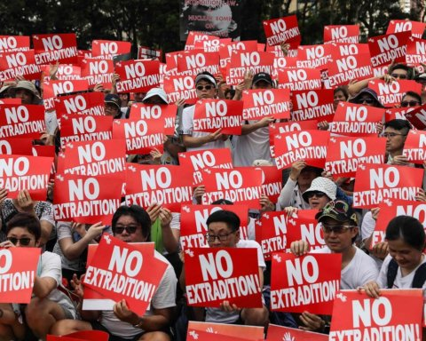 Китай стягує війська до охопленого протестами Гонконгу