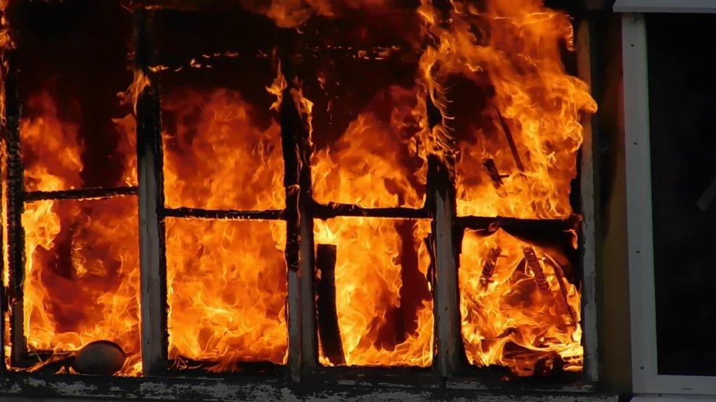 Люди вистрибували з вікон: у Києві сталася масштабна пожежа, загинула жінка