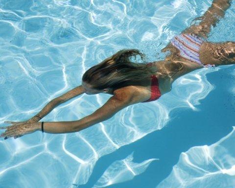 Медики рассказали, почему женщинам стоит заниматься плаванием