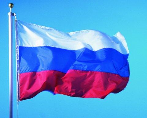 У центрі Донецька раптово підняли російський прапор