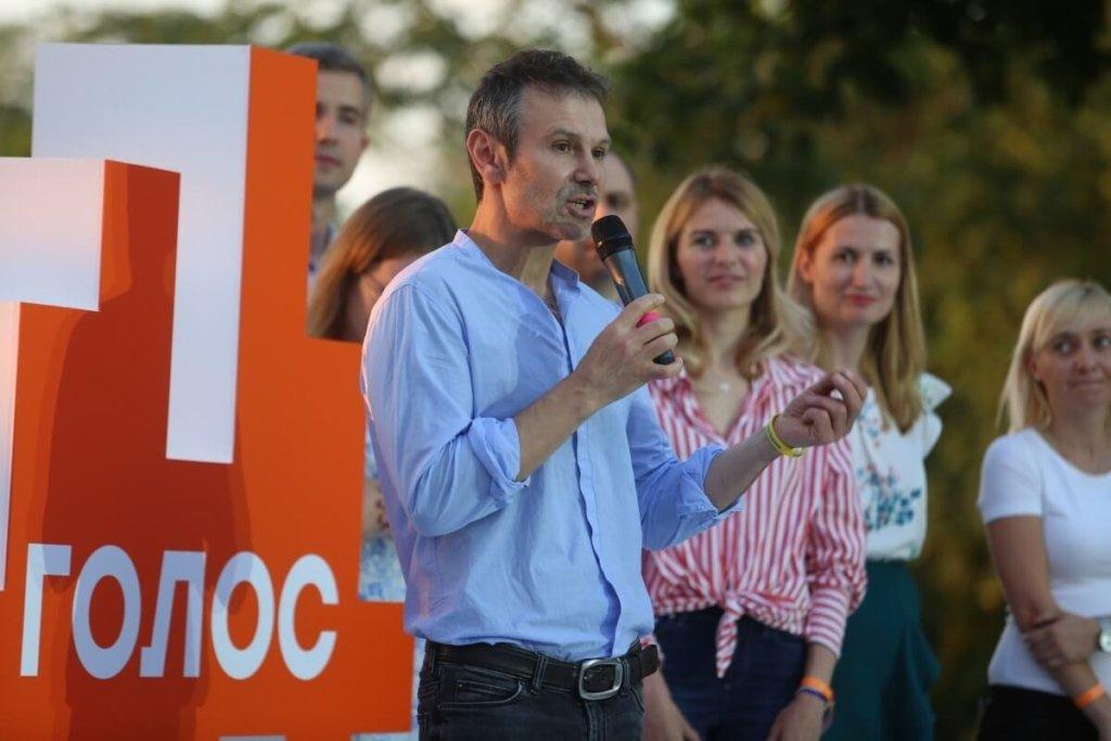 Партия Вакарчука призывает «Слугу народа» внести изменения в Конституцию: что происходит