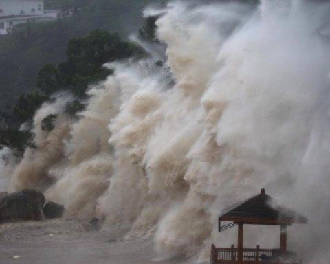 Європа йде під воду через повені, а на Китай обрушився тайфун