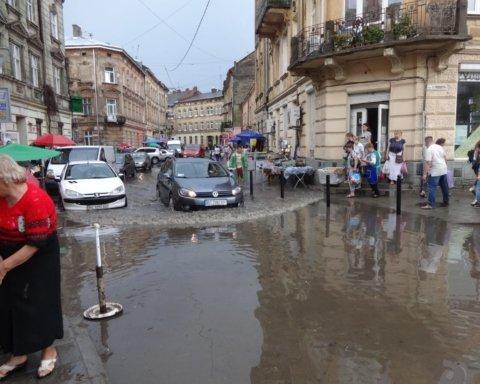 Львів зненацька накрила тропічна злива
