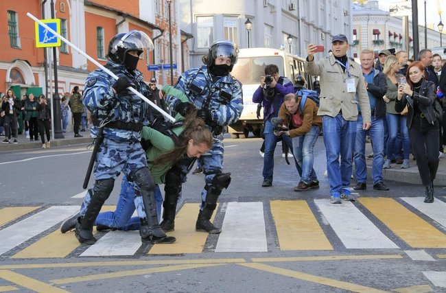 Протесты в Москве: силовики задержали более десяти несовершеннолетних