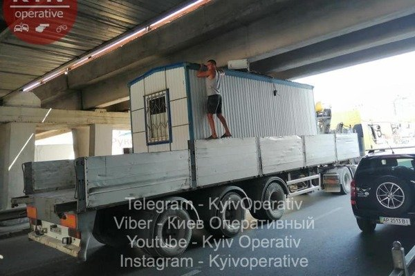 Под мостом метро в Киеве застрял грузовик: подробности курьезного ЧП