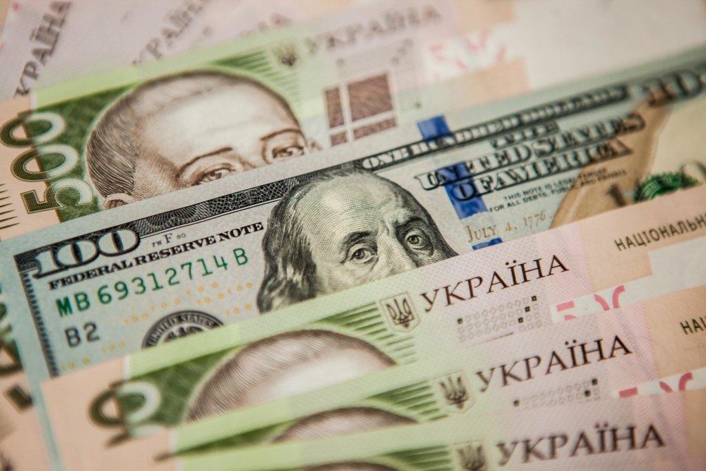 Доллар снова падает: НБУ озвучил курс валют