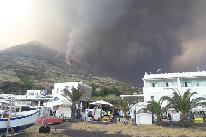 Мощное извержение вулкана в Италии попало на фото и видео