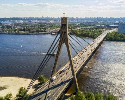 У Києві 6 дітей зняли з вершини Північного мосту: усі подробиці НП