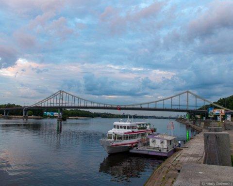 """З'явилося відео, як втомився пішохідний міст над """"Дніпром"""""""