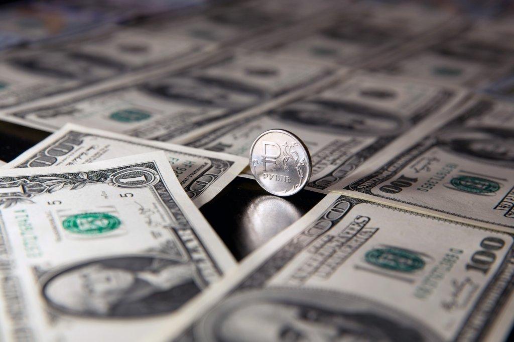 В России забили панику из-за удешевления нефти: рублю прогнозируют полный крах