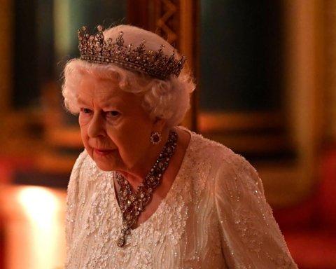 Всего несколько предметов: в СМИ рассказали, что носит в сумочке Елизавета II