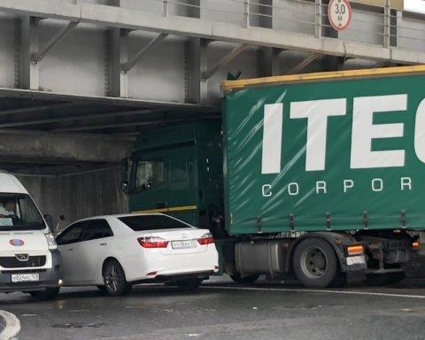 Під мостом метро в Києві застрягла вантажівка: подробиці курйозної НП