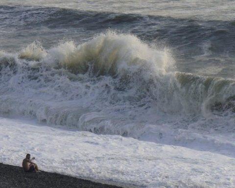 Появились впечатляющие кадры шторма на популярном украинском курорте