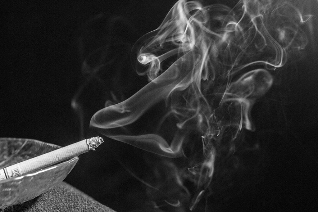 Ученые объяснили, как табачный дым делает бактерии еще опаснее