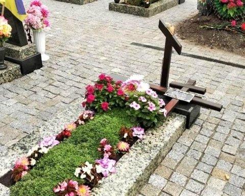 Зламав хрест з могили воїна АТО: поліція затримала негідника