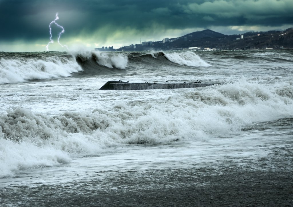 Сніг, штормовий вітер та гроза: синоптики попередили про погіршення погоди