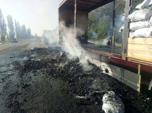 Все для шашлыка готово. Под Николаевом в прицепе грузовика загорелся уголь