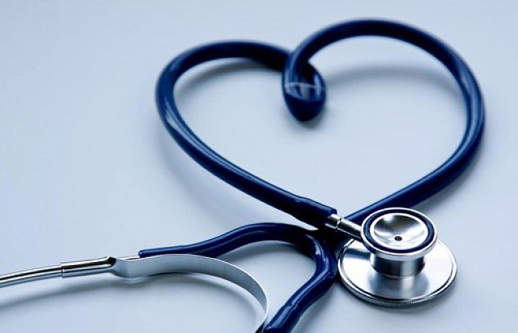 У розпал пандемії COVID-19 медиків залишили без доплат, вони масово звільняються