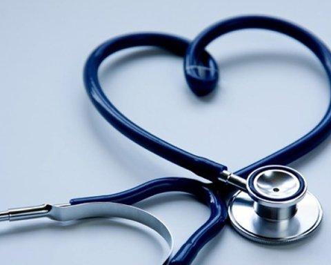 В разгар пандемии COVID-19 медиков оставили без доплат, они массово увольняются