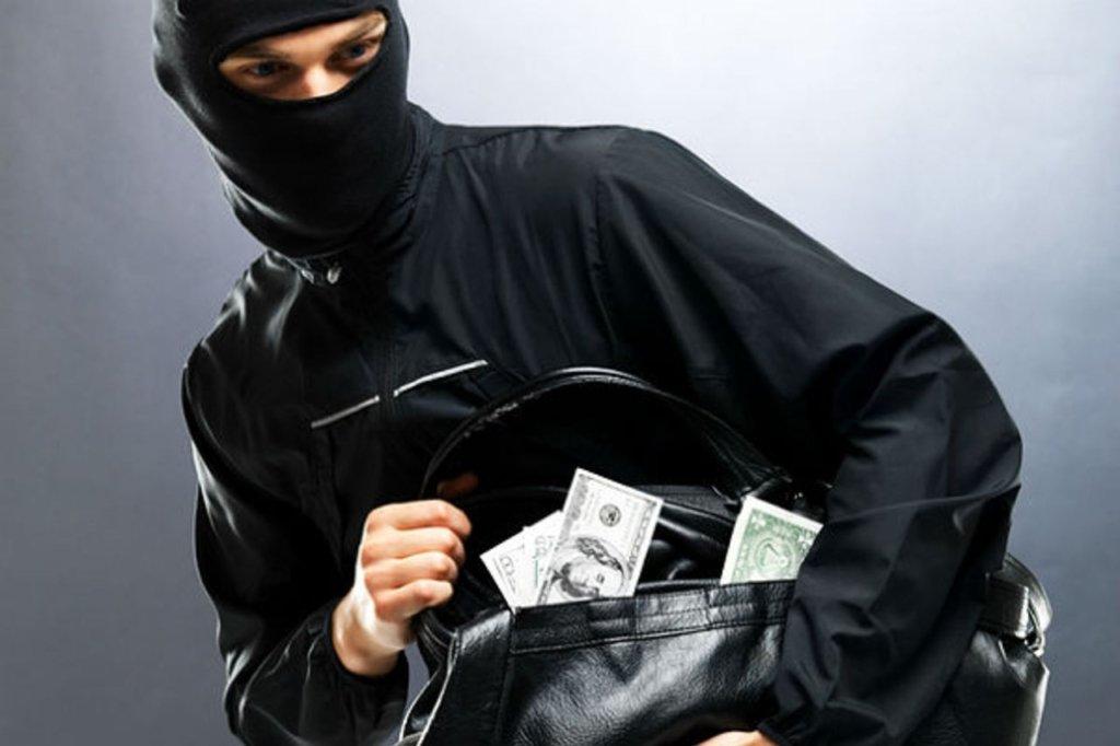 Під Києвом зухвалий грабіжник напав і пограбував жінку у власному будинку