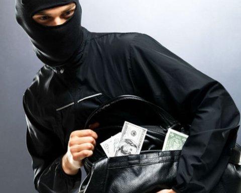Под Киевом дерзкий грабитель напал и ограбил женщину в собственном доме