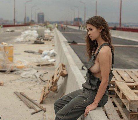 Модель влаштувала еротичний фотосет на мосту, що нещодавно обвалився у Харкові