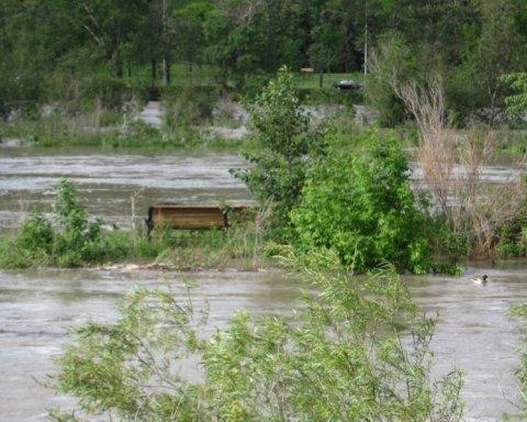Наводнения идут: спасатели предупредили о повышении уровня горных рек Закарпатья