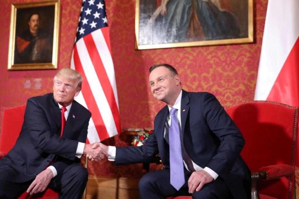 """Польське керівництво теж запроваджує """"безвіз"""", але із США"""