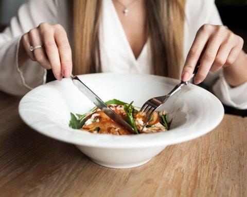 """Що можна їсти перед сном: названо список """"безпечних"""" продуктів"""