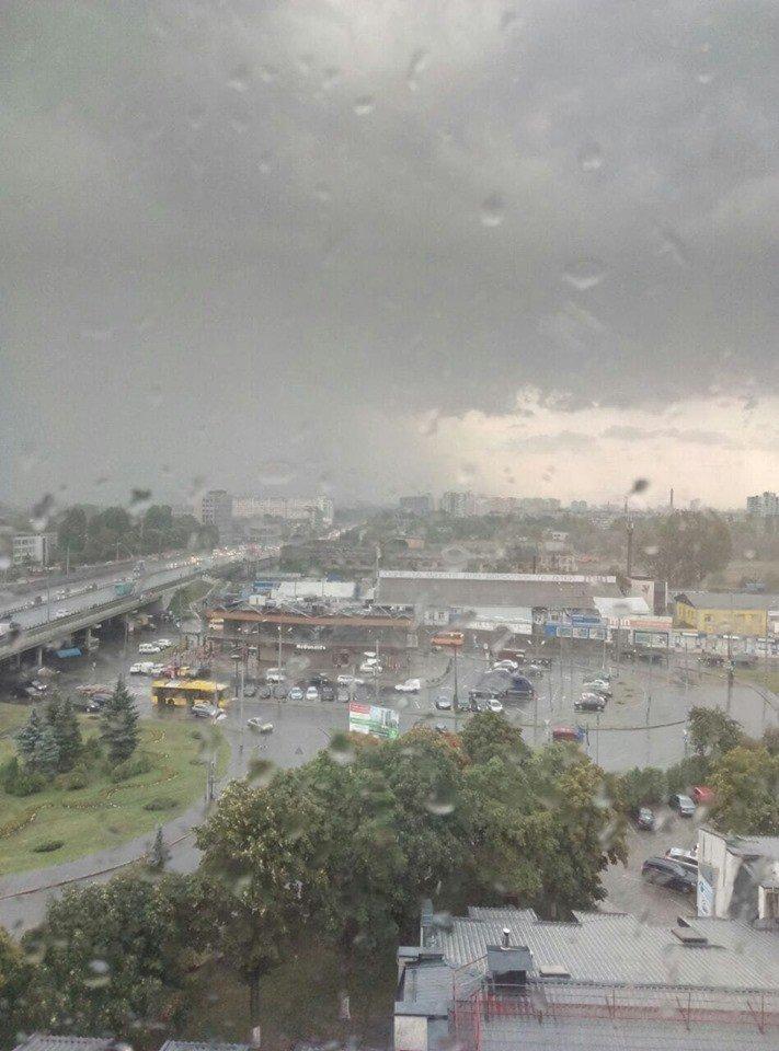 Київ накрила потужна злива: перші фото та відео негоди