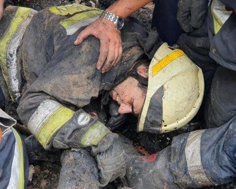 В Днепре спасателей погребло под горящими обломками крыши: что известно