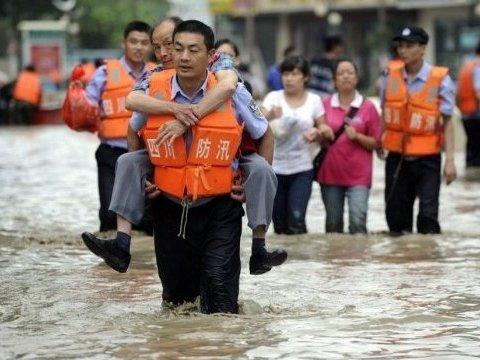 Наводнение в Китае смыло людей в ущелье, погибли 13 человек