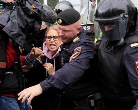 Б'ють та забирають телефони: як в Москві мітинги розганяли