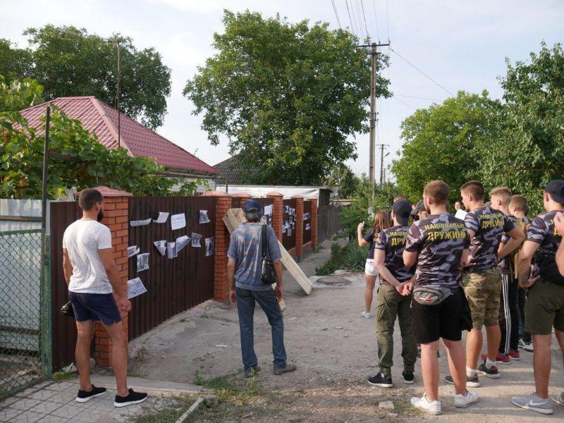 Пусть теперь под ноги смотрит: в Мариуполе принесли гроб под дом боевика «ДНР»