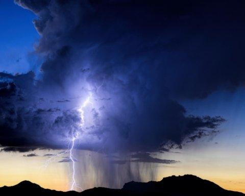 Гроза, град и шквалы: синоптики предупредили о резком ухудшении погоды