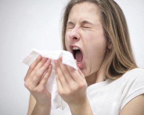 Медики пояснили, чому не можна затискати ніс під час чхання