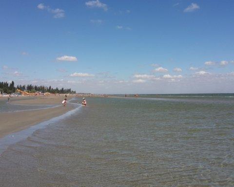 """Опубликованы поразительные кадры, как с украинского пляжа """"отходит"""" море"""