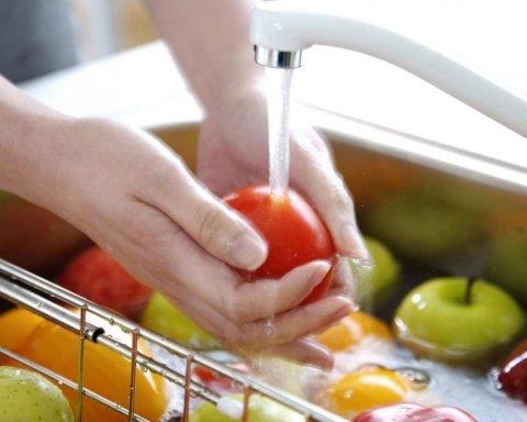 Диетологи рассказали, как избежать расстройства желудка во время жары