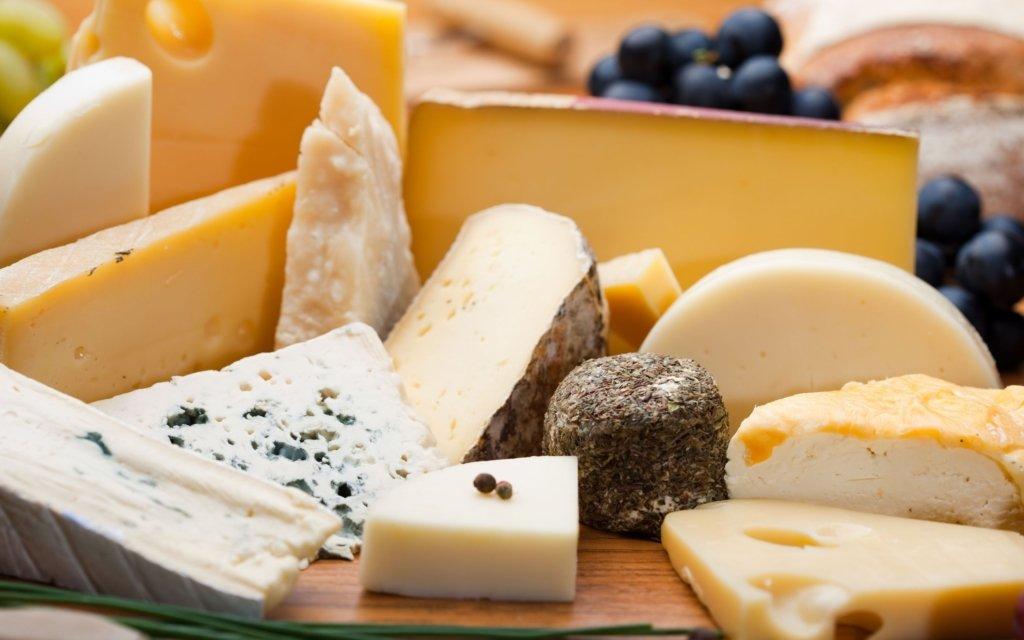 Врачи рассказали, кому нельзя употреблять сыр с плесенью