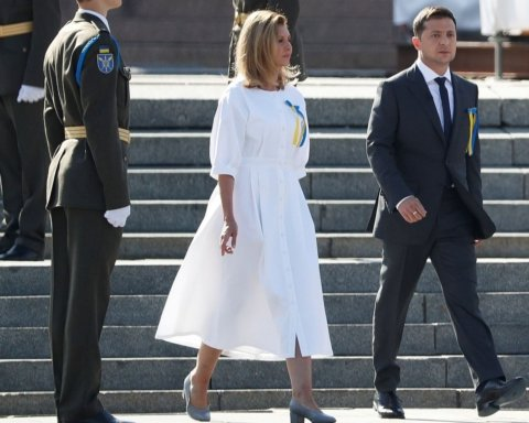 Уже известно, кто сшил платье для жены Зеленского на День Независимости