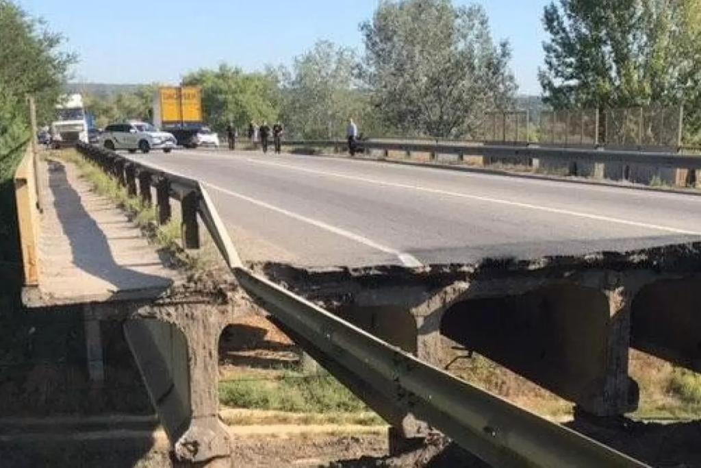 Харківські відчайдухи: водії продовжують їздити по зруйнованому мосту