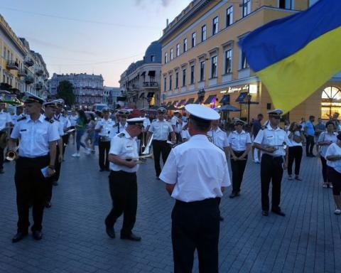 Росіянин став на коліна перед матерями загиблих воїнів в Одесі