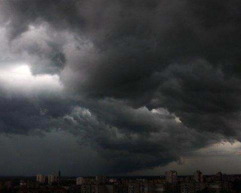 Град и шквалы надвигаются: синоптики предупредили о плохой погоде