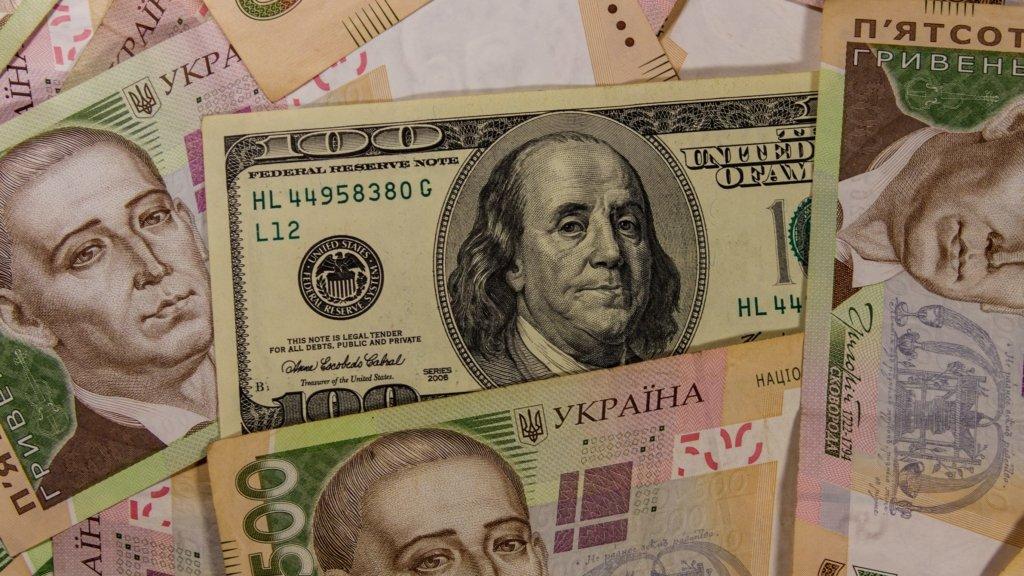 Курс долара пробив психологічну позначку вперше з кінця квітня