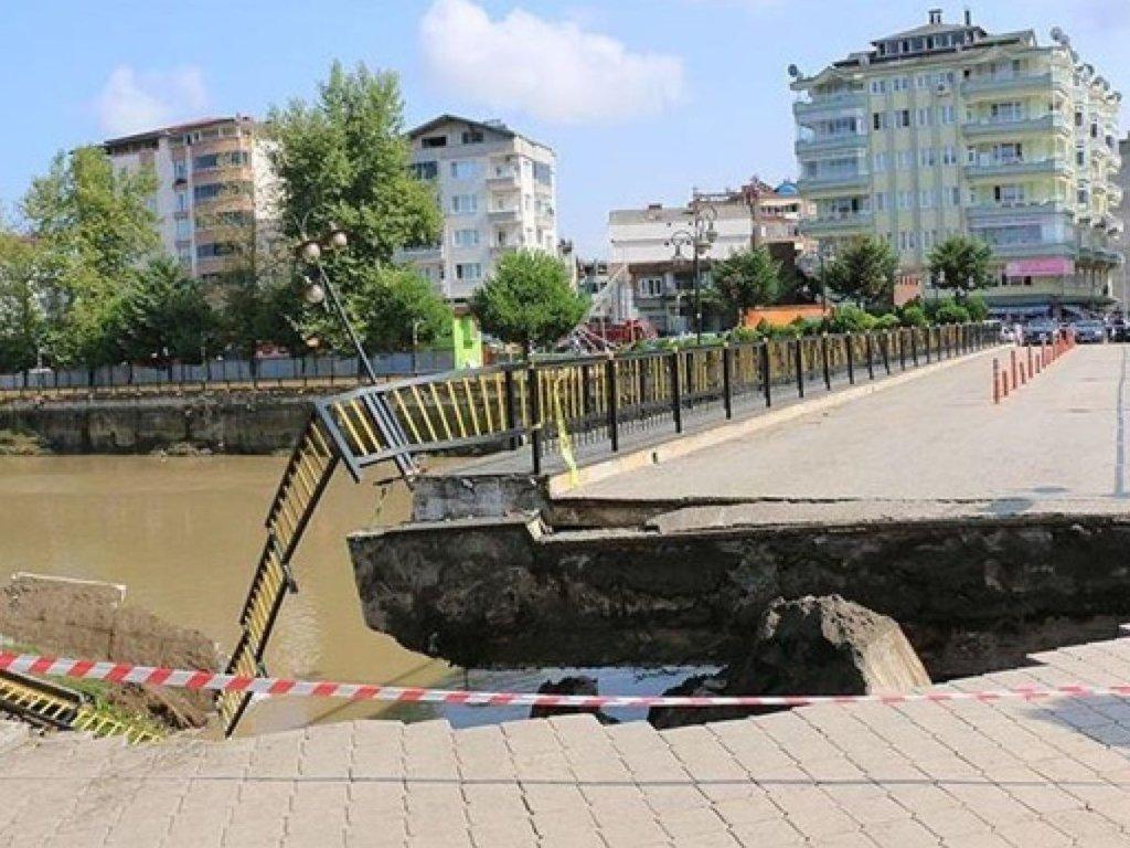 В Турции обрушился мост на котором были люди