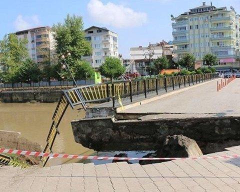 У Туреччині обвалився міст, на якому були люди