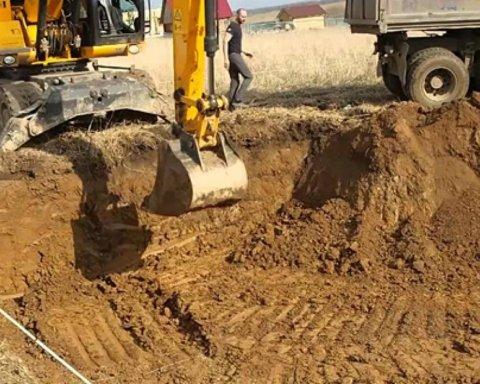 В Ровно мужчину насмерть засыпало песком: фото с места ЧП